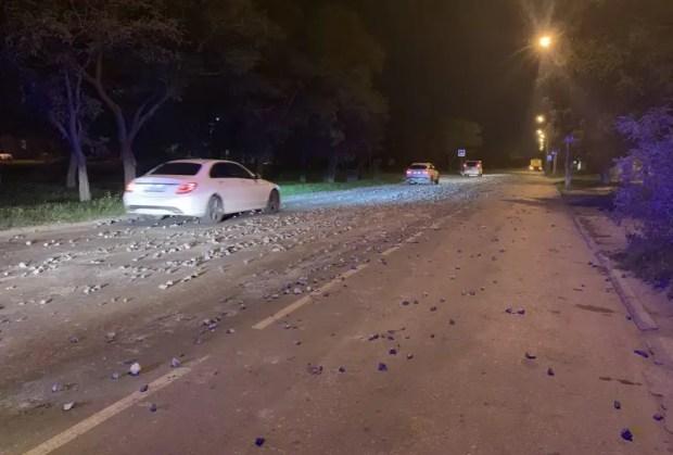 МАЗ с грузом щебня парализовал движение на одной из улиц Евпатории