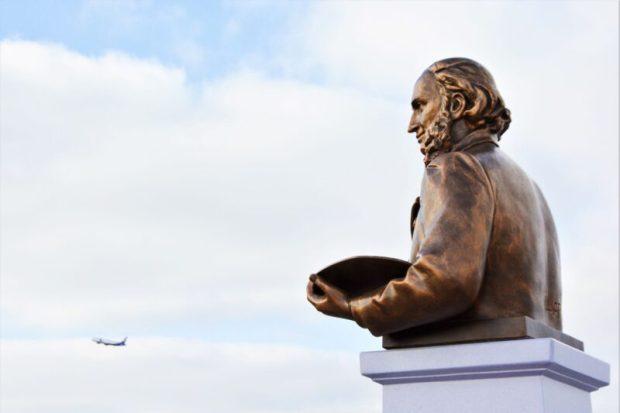 """Пассажиров аэропорта """"Симферополь"""" теперь встречает памятник Ивану Айвазовскому"""