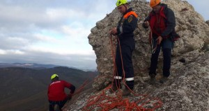 """Под Судаком - в районе горы Таракташ - мужчина """"застрял"""" на скале"""