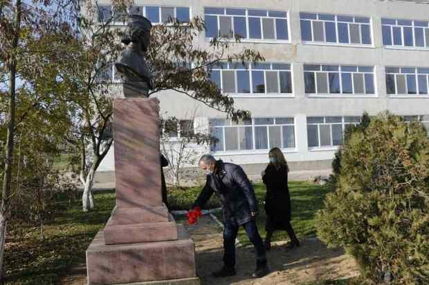 Владимир Константинов возложил цветы к мемориальным захоронениям в Ленинском районе Крыма
