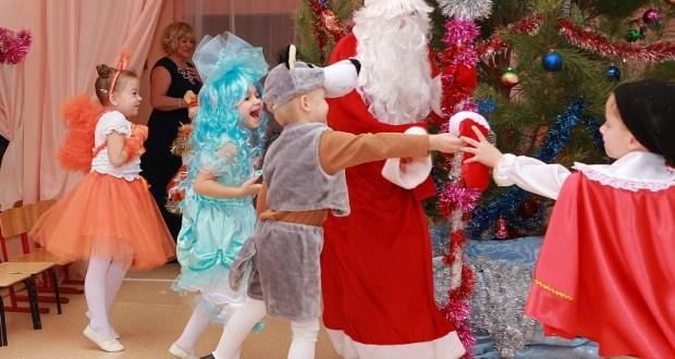 Новогодние утренники в Крыму пройдут не только без Дедов Морозов, но и без… родителей детей