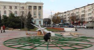 В центре Симферополя устанавливают Главную ёлку Крыма