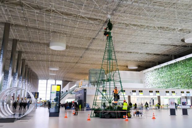 """В аэропорту """"Симферополь"""" установили 12-метровую ёлку"""