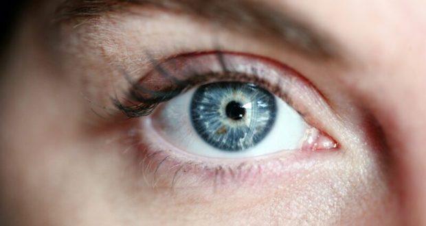 К чему чешется правый глаз: значение приметы для мужчины и женщины