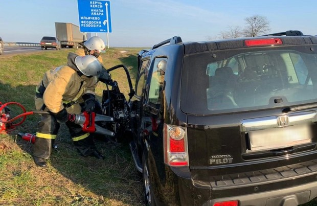 ДТП на трассе «Таврида»: водителя кроссовера «вырезали» из покореженного салона спасатели