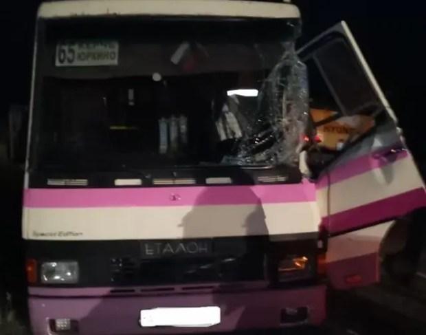 Утреннее ДТП под Керчью: рейсовый автобус столкнулся с экскаватором