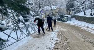 Добровольцы-спасатели расчистили тротуары у Центральной городской больницы Алушты