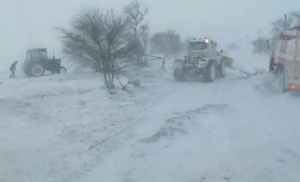 Спасатели МЧС «вытащили» из снежного плена два десятка автомобилей, застрявших на востоке Крыма