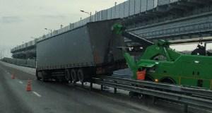 ДТП на Крымском мосту: фура «ушла» в отбойник