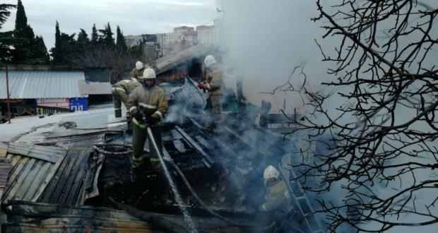 Утренний пожар под Симферополем: спасатели эвакуировали двух человек