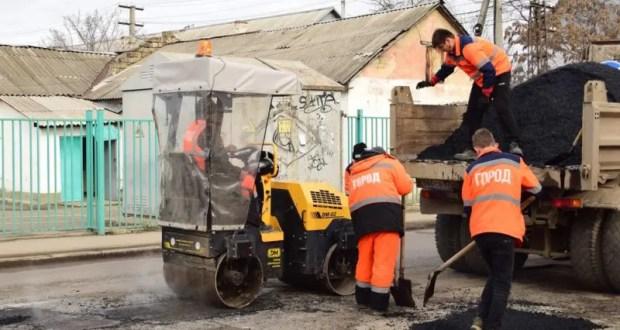 В Симферополе ямочный ремонт дорог проводится без выходных