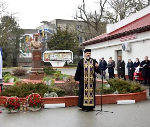 В Евпатории открыли памятник Доктору Лизе