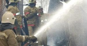 В Севастополе рано утром тушили пожар в заброшенном доме. В огне пострадал один человек