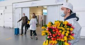 """Праздник, однако: в аэропорту """"Симферополь"""" женщин встречают поздравлениями и цветами"""