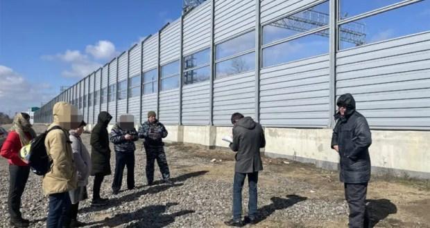 Транспортные полицейские Крыма нашли подростков, повредивших шумоизоляционный забор на станции Багерово