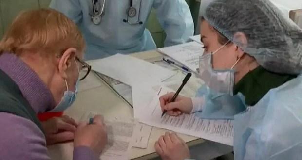 В Симферопольской клинической больнице вакцинировали пожилых людей