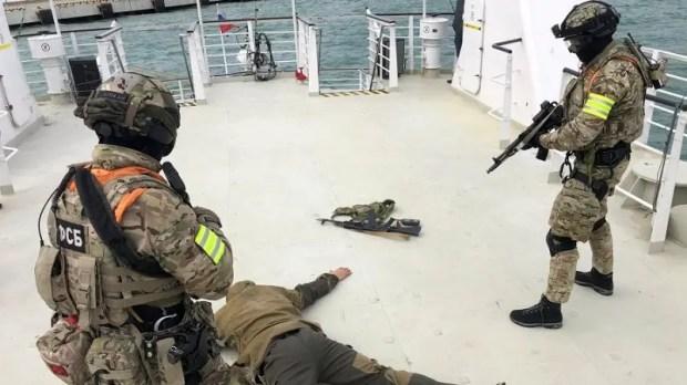 Учения в Черном море: пограничники освободили условно захваченное судно