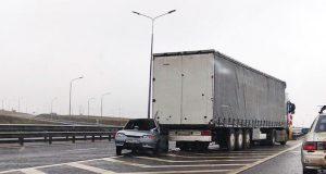 ДТП на трассе «Таврида»: на мокрой дороге ВАЗ попал под фуру