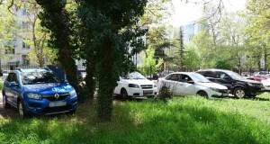 В Симферополе начали нещадно штрафовать автовладельцев, паркующих своих «железных коней» на газонах