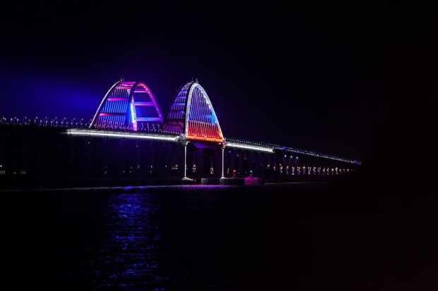 Новая иллюминация - Крымский мост окрасился в цвета российского флага