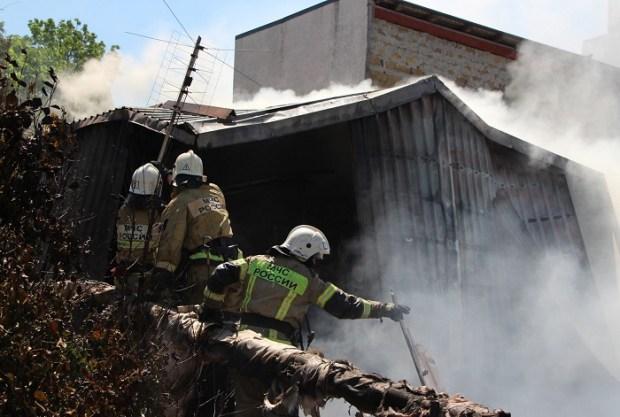 Более двух часов пожарные тушили дом в Симферополе