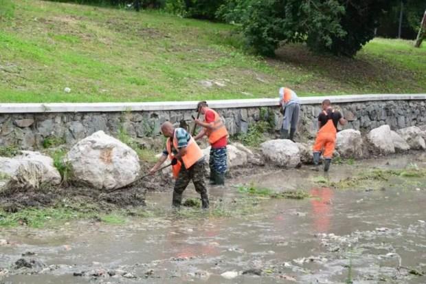 Как проходит чистка русла реки Салгир в Симферополе