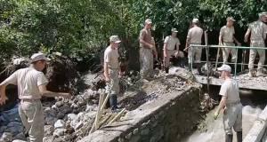 Мобильный отряд Минобороны России очистил от завалов русло реки в поселке Кореиз