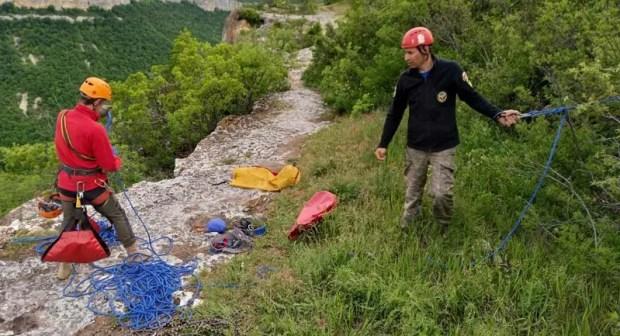 Турист застрял на скале в районе пещерного города Тепе-Кермен. Пришлось звать на помощь спасателей