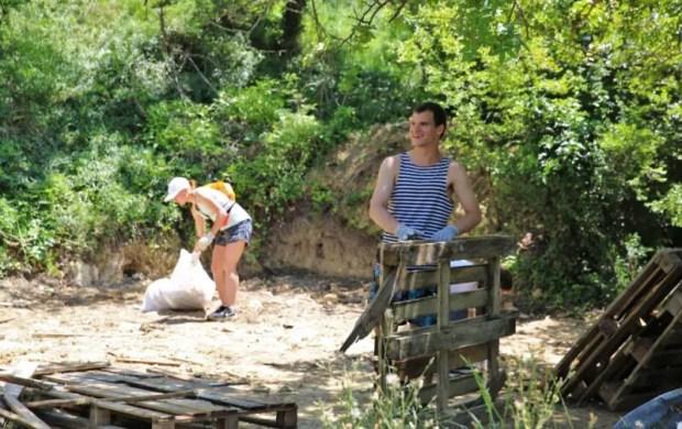 Сотрудники Херсонеса Таврического и волонтеры провели уборку на мысе Виноградный