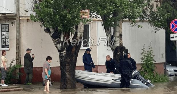 Глава РК Сергей Аксёнов прибыл в Керчь. Передвигается по городу на лодке