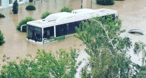 Тонущая Керчь: из затопленного автобуса людей эвакуировали спасатели