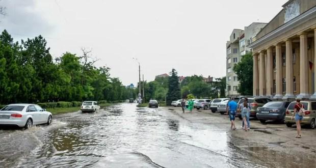 Ливень в Евпатории. Власти заверяют: угрозы подтопления нет