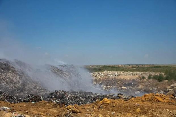 Тление завалов мусора на мусорном полигоне под Евпаторией продолжается