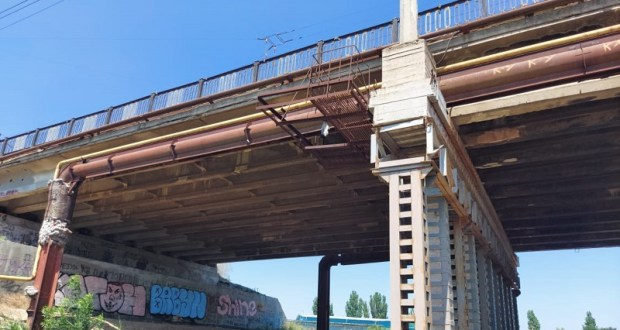 В Керчи сотрудники полиции спасли женщину, оказавшуюся за перилами моста