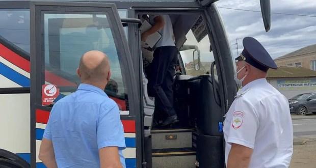 В Евпатории инспекторы ГИБДД проверили соблюдение противоэпидемических мер на транспорте