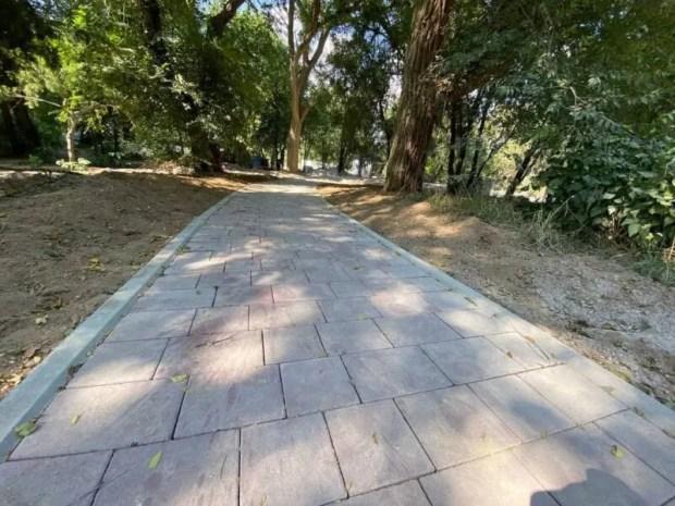 В евпаторийском парке имени Фрунзе города обустраивают детскую площадку