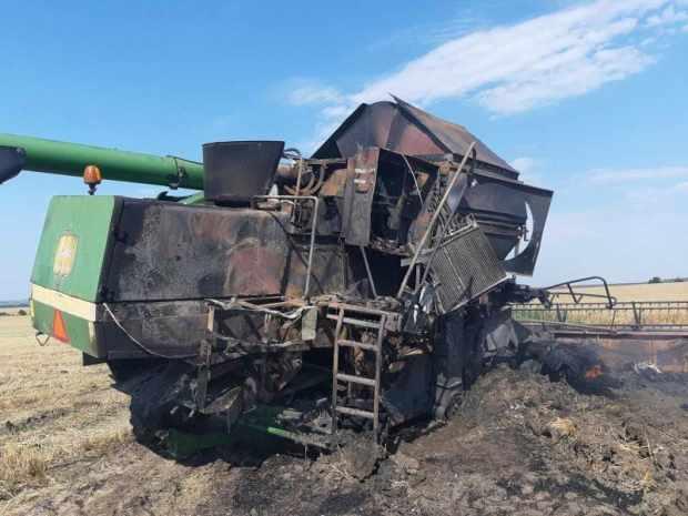 В Крыму прямо в поле сгорел комбайн