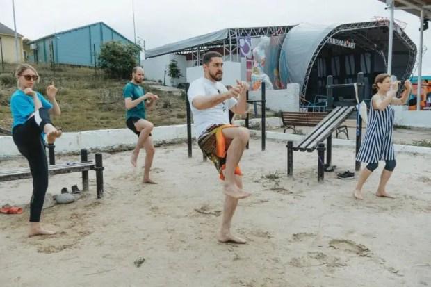 Катание на сапбордах, стояние на гвоздях и лекции по Нuman design: чем в свободное время занимаются на «Тавриде»