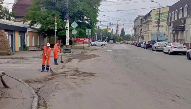 В Симферополе коммунальные службы продолжают устранять последствия непогоды