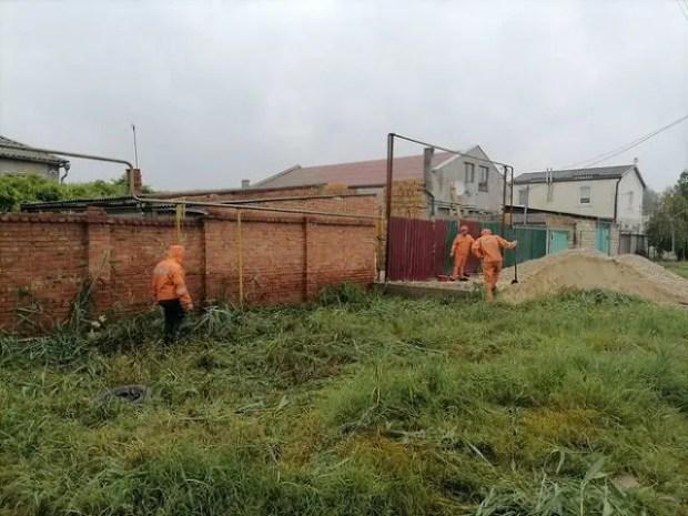 В Керчи откачивают воду со стадиона и расчищают ливнёвки