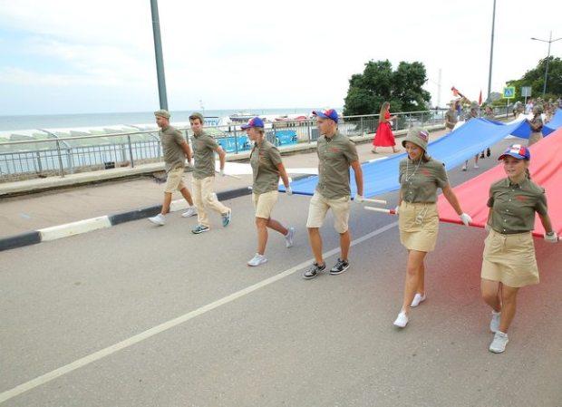 Ко Дню государственного флага России артековцы развернули у моря триколор в тысячу метров
