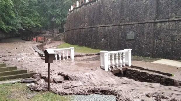 Сильный дождь и селевой поток наделали бед в Космо-Дамиановском монастыре в горах, близ Алушты