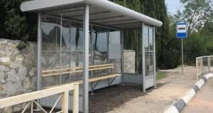 В Большой Ялте, на Южнобережном шоссе устанавливают новые остановочные павильоны