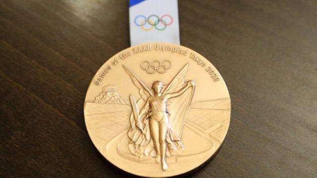 Сергей Аксёнов вручил боксеру Глебу Бакши медаль «За доблестный труд» и сертификат на миллион рублей