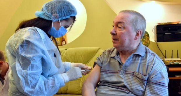 Пожилых крымчан призывают вакцинироваться от коронавируса