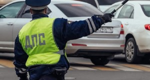 В Севастополе водитель «прокатил на капоте» инспектора ГИБДД. Что постановил суд