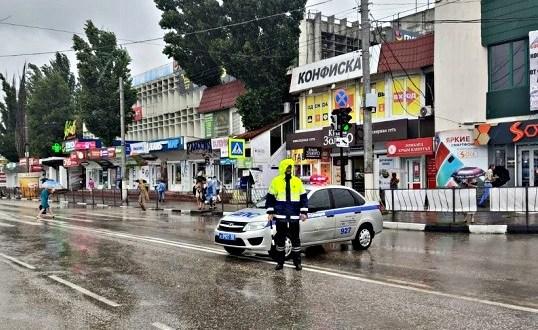 В Керчи ГИБДД работает в усиленном режиме и предупреждает водителей о подтоплении дорог