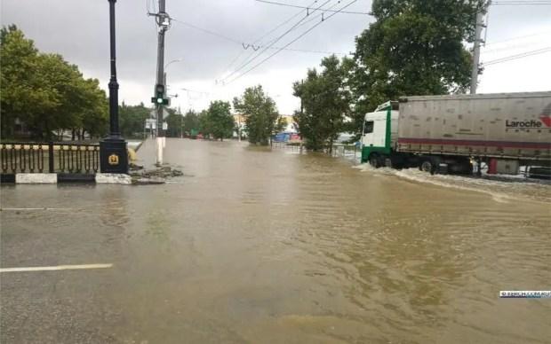 Что сейчас происходит в Керчи: дождь, эвакуация автомобилей, «реки» на улицах