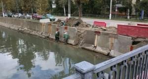 В Керчи все еще ремонтируют бетонное ограждение реки Мелек-Чесме
