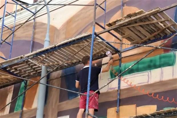 В Ялте появился еще один объект стрит-арта. Художники расписывают стену здания на улице Севастопольской